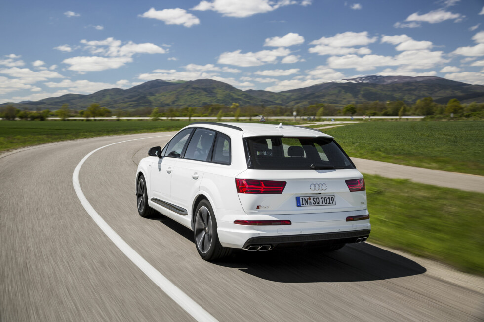 STØ SOM ET FJELL: Audi SQ7 TDI veier fra 2,3 tonn, men krenger svært lite og er forbilledlig stabil, særlig utstyrt med avansert elektromekanisk demperregulering, sportsdifferensial og firehjulsstyring. Foto: AUDI