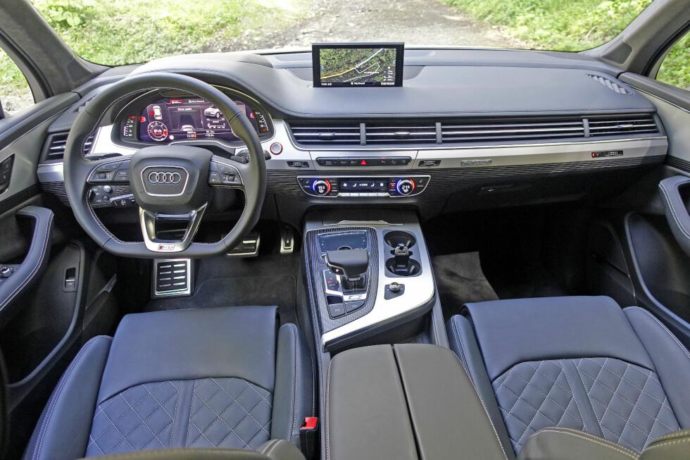 CLEAN: Det er ordet som faller oss inn når vi betrakter Audi-interiøret. Mye minner om lillebror A4 i denne råtassen av en Q7, bare mer massivt. Flatbunnet ratt er et must for en slik doning. Foto: KNUT MOBERG