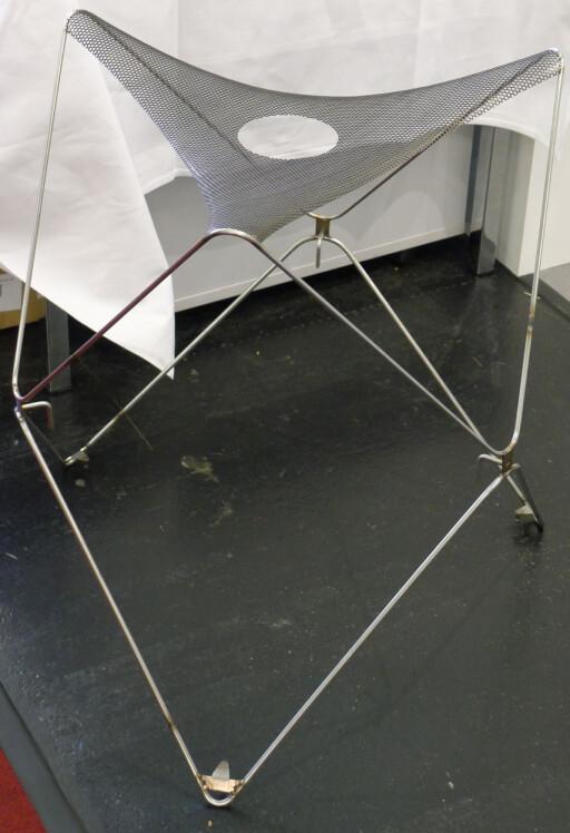 SKJELETTET: Metall-innmaten som stiver opp kabinettet kan nesten minne om en IKEA-stol. Foto: TORE NESET