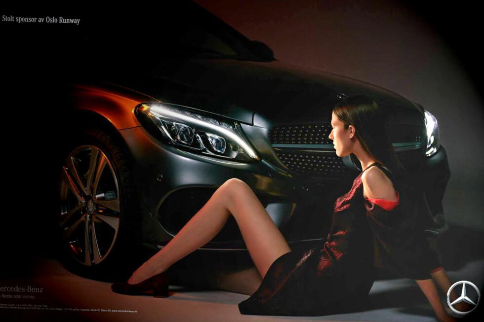 LETTKLEDD: Her er Mercedes-Benz-reklamen mange reagerer på. Den skulle vise at bilmerket støtter norsk mote, men tolkes som kjønnsdiskriminering av kritikerne.  Foto: Finansavisen / Mercedes-Benz