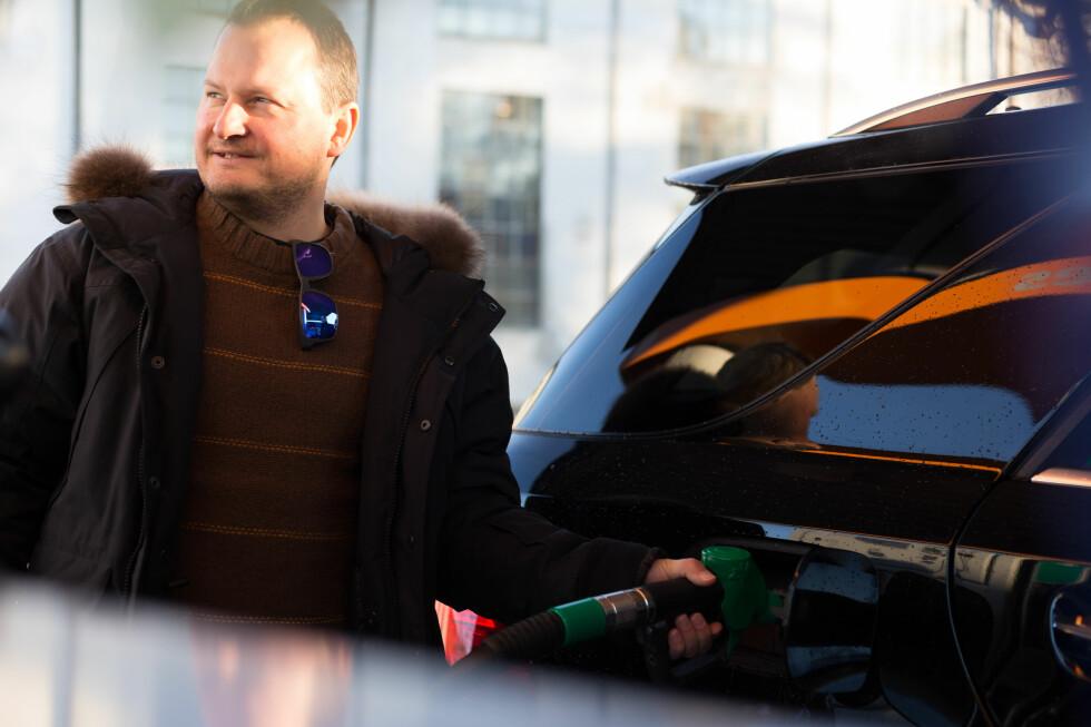 FYLLER FEIL: Hvert år fyller tusenvis av nordmenn feil drivstoff på bilen. NAF, Viking og Falck bistår nærmere 20 personer daglig med tømming og rens.  Foto: Kasper van Wallinga