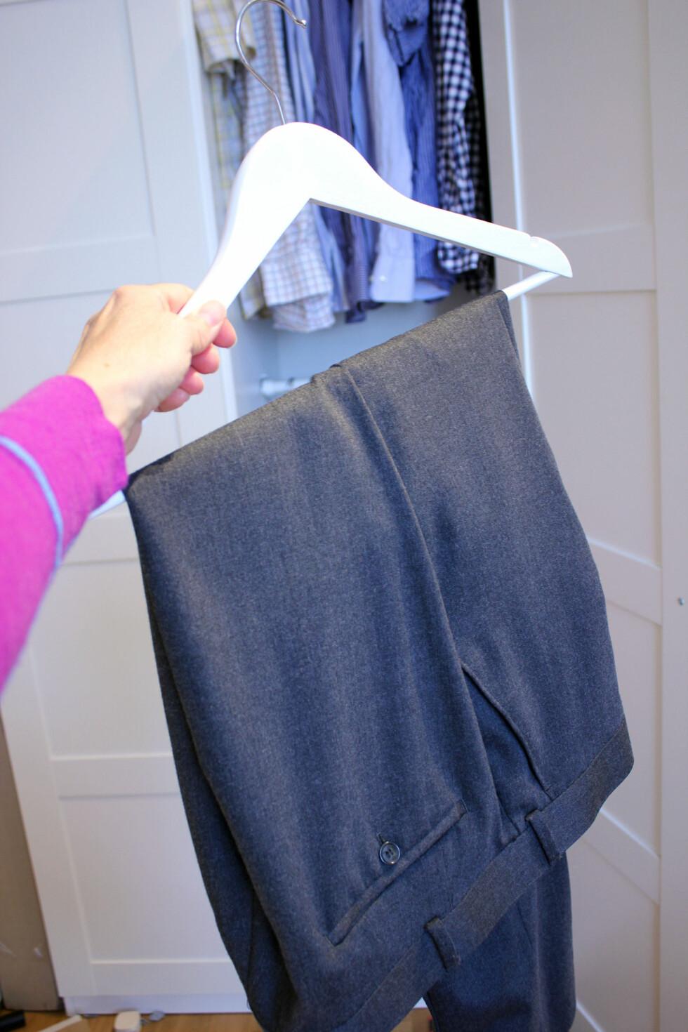 NEI, IKKE SLIK: Dressbuksene bør ikke henge brettet slik, men på en egen buksehenger slik at buksen henger en hel lengde. Festes nederst på bena med klyper, ifølge dresseksperten hos Ferner Jacobsen. Foto: KRISTIN SØRDAL