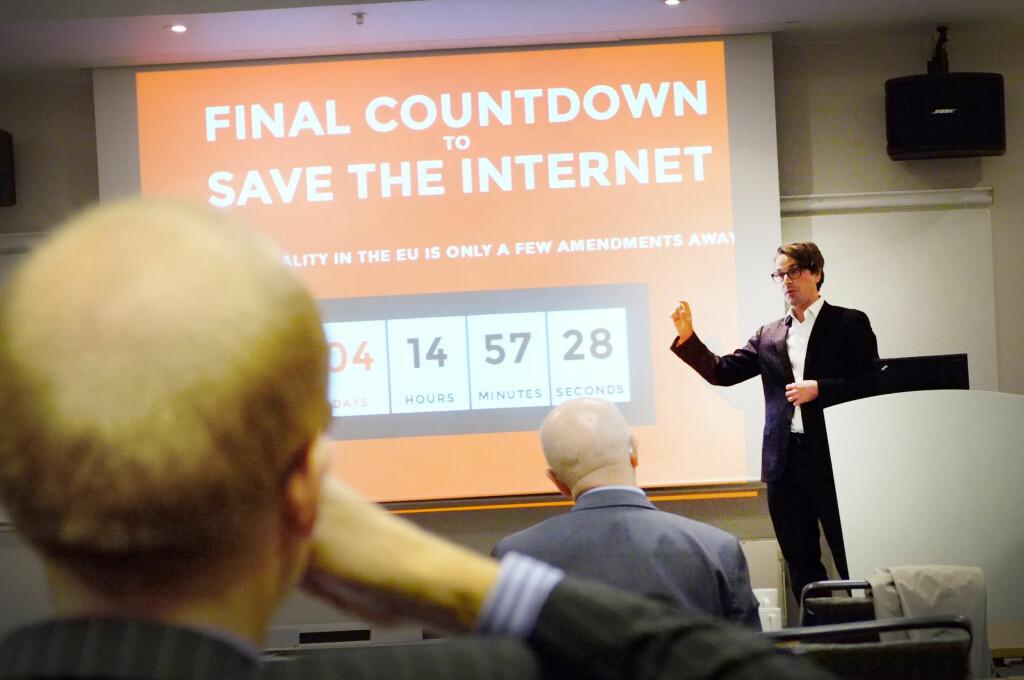 ETTERLYSER VERN: Finn Myrstad i Forbrukerrådet mener operatørene må bli mye flinkere til å ordne opp når mobilabonnement blir åpenbart misbrukt. Her på en konferanse om nettnøytralitet i fjor. Foto: OLE PETTER BAUGERØD STOKKE