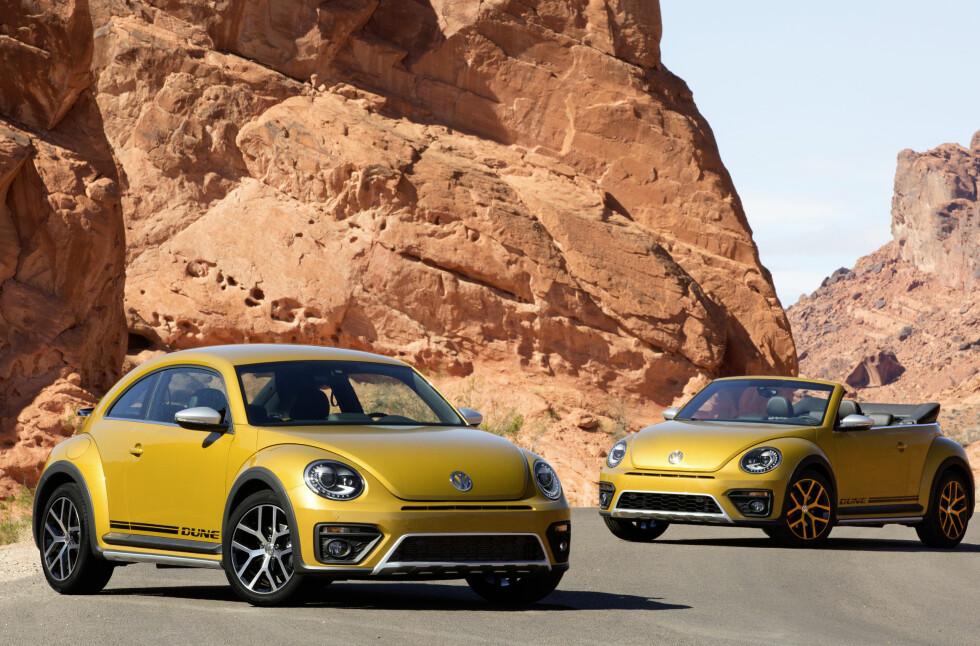 OPEN AND SHUT CASE: Volkswagen Beetle Dune kommer både i lukket (Coupé), og åpen (Cabriolet), versjon og koster henholdsvis fra 293.000 og 338.000 kroner. Foto: VOLKSWAGEN
