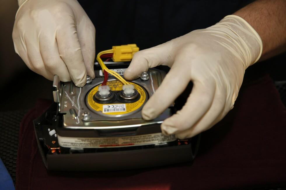 <strong><b>HÅNDARBEID:</strong></b> Det tar tid å skifte over 130.000 kollisjonsputer.   Foto: EPA / NTB Scanpix