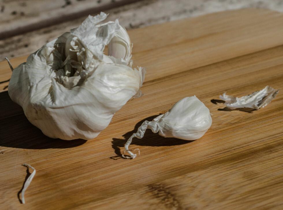 1: Finn frem et hvitløksfedd. Foto: AKSEL RYNNING