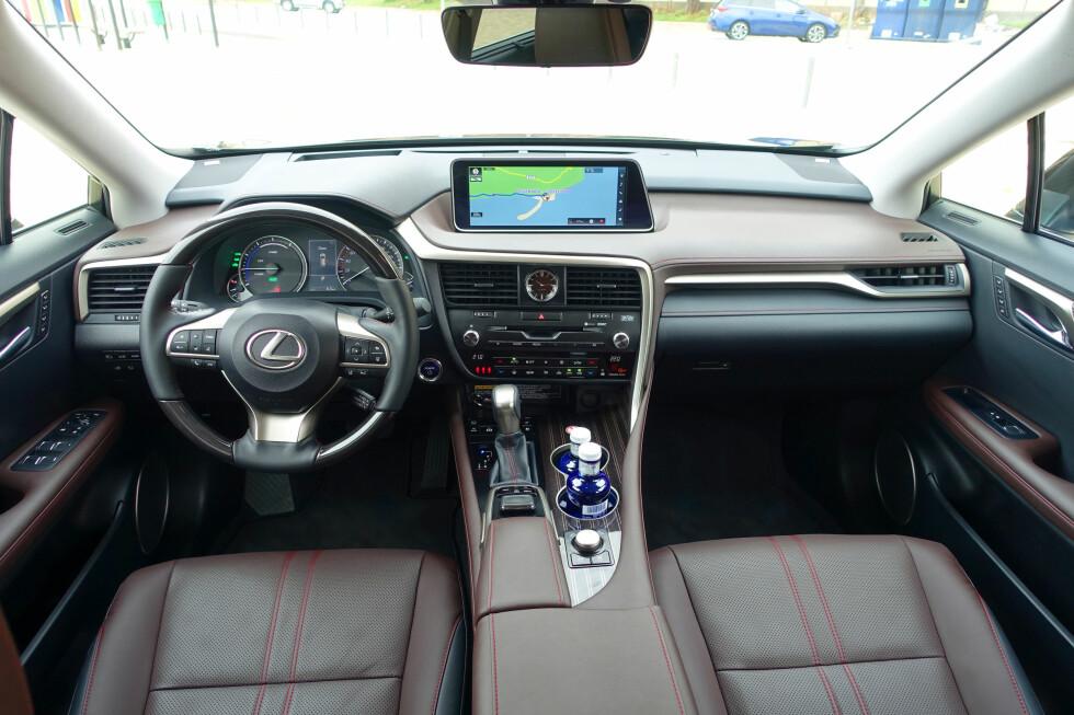 Lexus RX (hos oss kjent kun som hybriden RX 450h), får skryt for ypperlig finish og detaljarbeid, men også for generelt det svært praktiske interiøret for en luksus-SUV. Foto: KNUT MOBERG