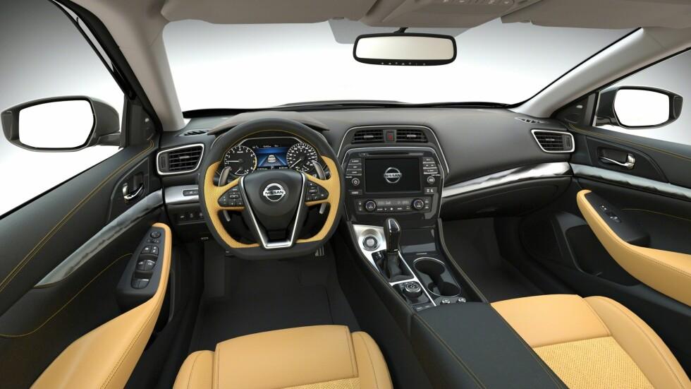 Nissans nyeste generasjon av den store sedanen, som selger godt i USA, får skryt for utmerket håndverk, romslighetsfølelse og generell godfølelse i det nye interiøret. Foto: NISSAN