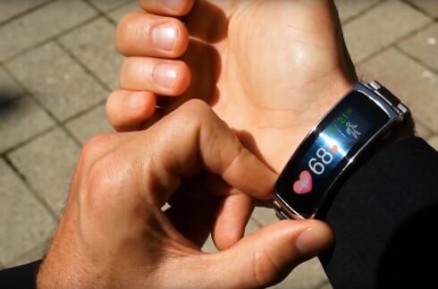 <strong><strong>MÅLER PULSEN:</strong></strong> Med optisk pulsmåler på baksiden kan du sjekke pulsen direkte på håndleddet.