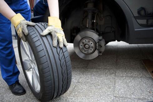 SKIFT DEKK: Med temperaturforskjellene som er i Norge er det viktig å sko bilen riktig. Vinterdekkene blir for harde og stive for sommerføre, hvilket øker sjangsen for vannplaning.  Foto: ALL OVER PRESS
