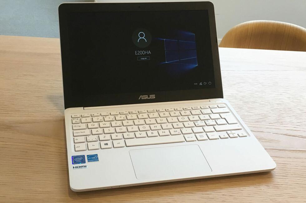 LITEN OG FIN: Asus har løftet netbooken til et nivå som kan tilfredsstille de fleste behov til vanlige PC-brukere, men fortsatt er prisen svært lav. Foto: BJØRN EIRIK LOFTÅS