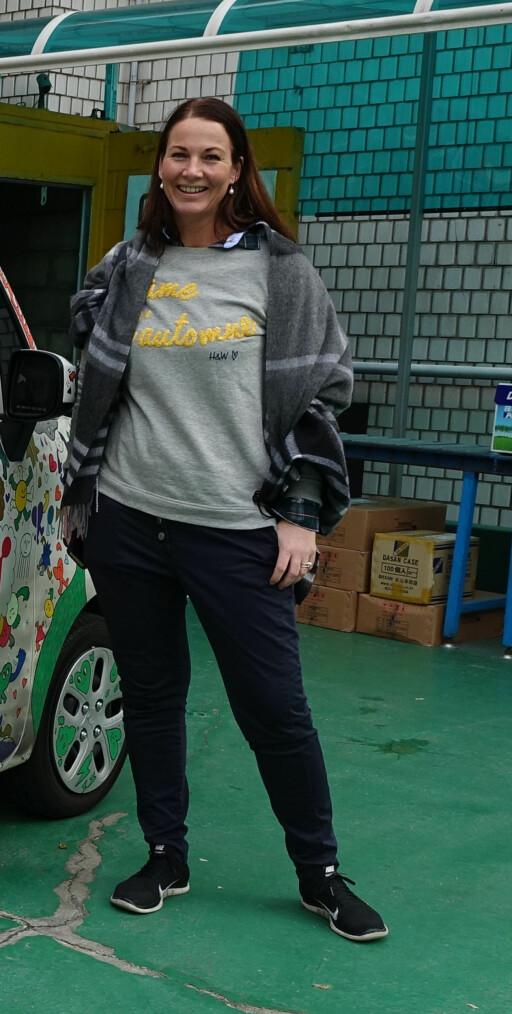FORNØYD: Mette Simonsen Sauge i Kia er veldig fornøyd med tryggheten de kan gi kundene helt fra fabrikknivå. Med syv års garanti er Kia best i klassen.   Foto: KNUT MOBERG