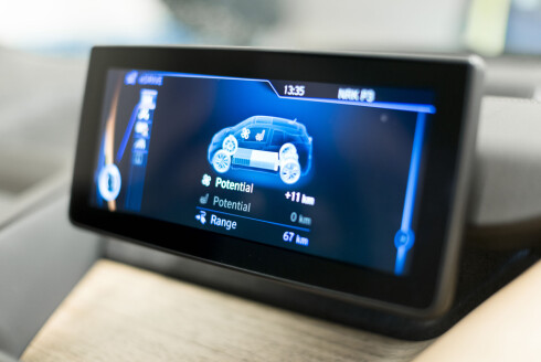 BRED SKJERM: Som i andre BMW-modeller er den høyt monterte skjermen i widescreen-format. Foto: JAMIESON POTHECARY