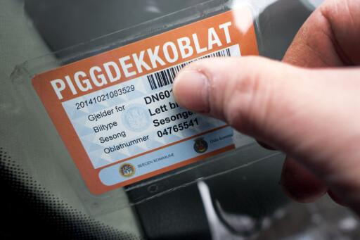 PANT PÅ PIGGDEKK: I Bergen og Trondheim får du pant om du leverer piggdekkene og kjøper piggfritt. Et godt tiltak for å gjøre valget enklere for bilistene.  Foto: NTB SCANPIX / GORM KALLESTAD