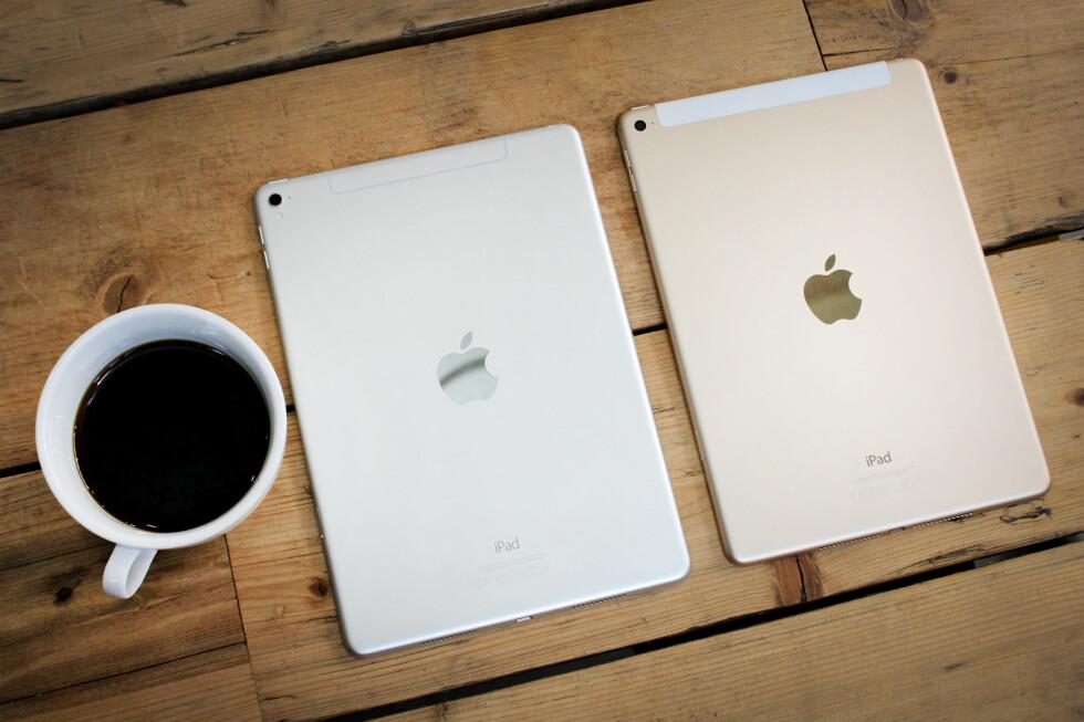 SER UT SOM DEN GAMLE: Apples nyeste 9,7 tommer iPad (til venstre) er nesten identisk med den gamle, iPad Air 2 (til høyre), i utseendet. Bare noen små detaljer skiller dem: nykommeren har en 4G-list i aluminium og et utstikkende kamera på baksiden (som på iPhone 6/6S). Foto: OLE PETTER BAUGERØD STOKKE