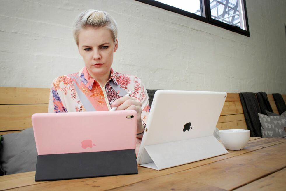 NÅ OGSÅ I ROSA: Her har vi riktignok et rosa deksel på den nye iPad-en, men du får også kjøpt selve nettbrettet i rosa; eller rosegull som Apple kaller det. Foto: OLE PETTER BAUGERØD STOKKE