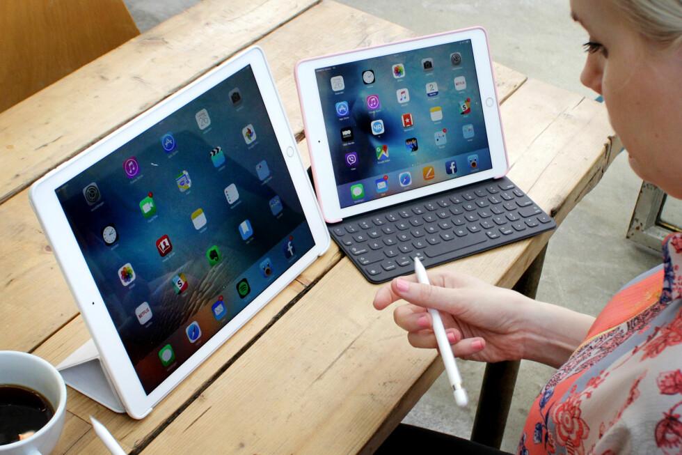 STOR OG ENDA STØRRE: Her er henholdsvis 12,9 og 9,7 tommer iPad Pro. Apple har fortsatt en mini-iPad, men den hører foreløpig ikke hjemme i den nye Pro-serien. Foto: OLE PETTER BAUGERØD STOKKE