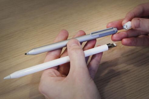 PENN ER DET NYE PROFFVERKTØYET: Apple gjør som Microsoft og lanserer en penn til bruk på nettbrettskjermen. Her er Apple Pencil sammen med Microsofts Surface-penn. Foto: OLE PETTER BAUGERØD STOKKE