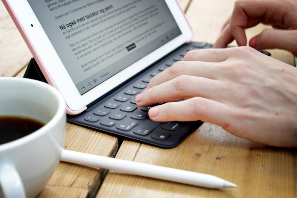TYNT: Apples nye Smart Keyboard er tynt og lett, men likevel godt å skrive på - når man har vendt seg til de noe flatere tastene. Foto: OLE PETTER BAUGERØD STOKKE
