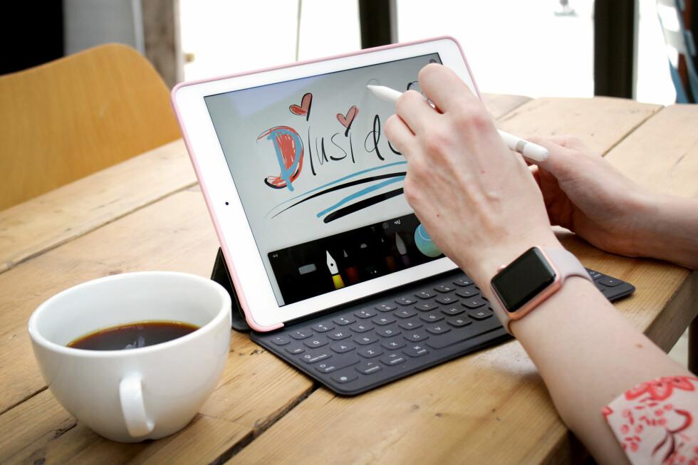 NYTT NAVN, SAMME BRETT: Apples 9,7 tommer nettbrett heter nå iPad Pro, ikke iPad Air. Men det er i praksis samme brett, bare bedre og med nytt tilbehør. Og høyere pris. Foto: OLE PETTER BAUGERØD STOKKE