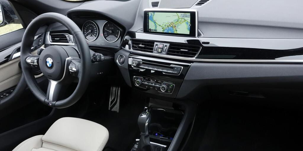 KLASSISK: Klassisk BMW dash med pop-up skjerm.  Foto: RUNE M. NESHEIM