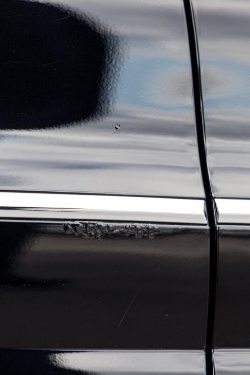 FLERE STEDER: Bilen har angrep flere steder på de samme dørene.   Foto: Kasper Van Wallinga