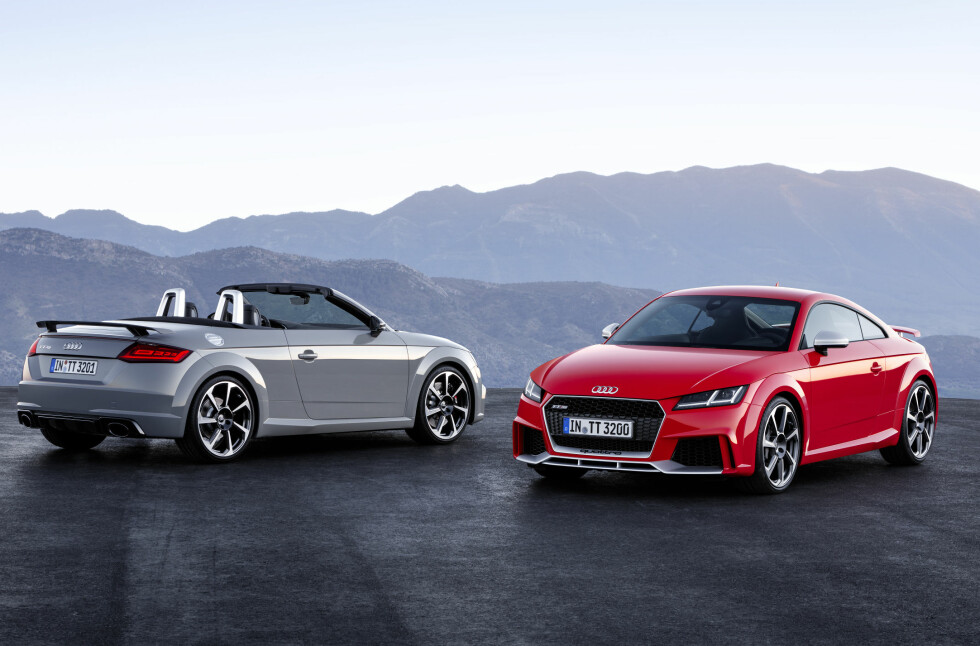 TO HISSIGPROPPER: Både Coupé- og Roadster-versjonene av Audi TT kommer nå som RS med 400 hestekrefter. Akselerasjonstidene gir bakoversveis: 3,7 og 3,9 sekunder fra 0 til 100 henholdsvis for den lukkede og den åpne utgaven. Porsche: Se opp! Foto: AUDI