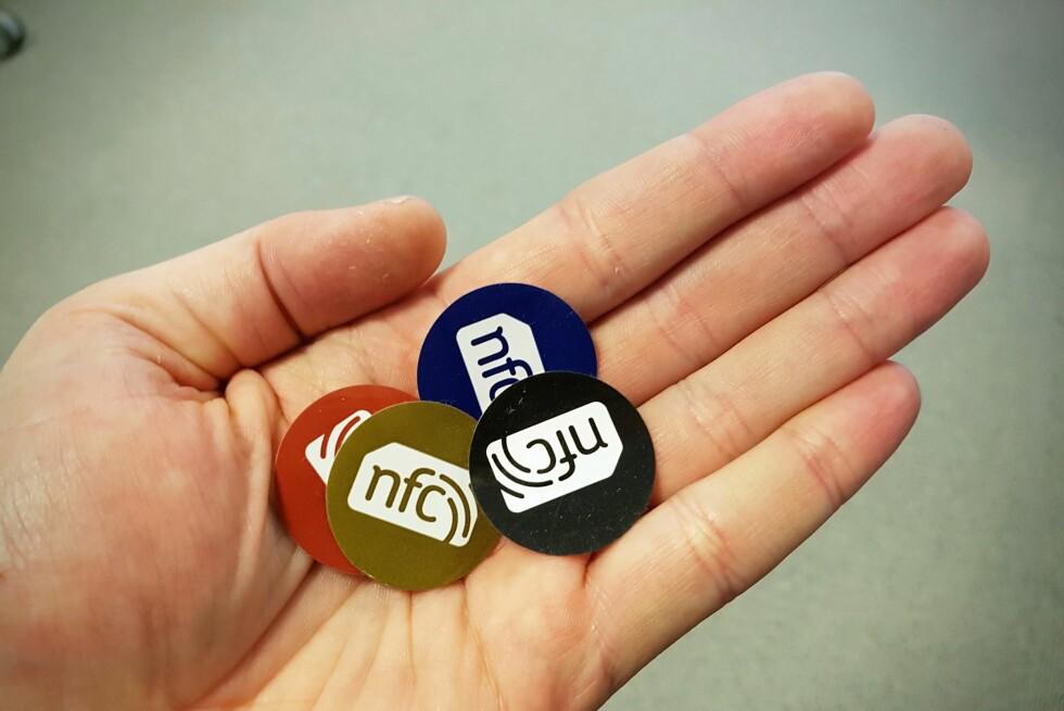 NFC-KLISTREMERKER: Disse klistremerkene kan kommunisere med telefonen din og gjøre hverdagen enklere. Foto: PÅL JOAKIM OLSEN