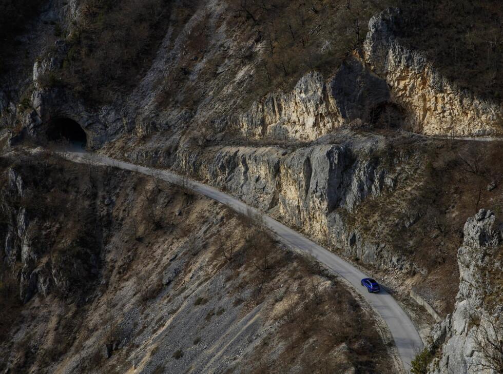 HEFTIG: Kjøreveiene i Montenegro kan ta pusten fra en. Foto: Jaguar