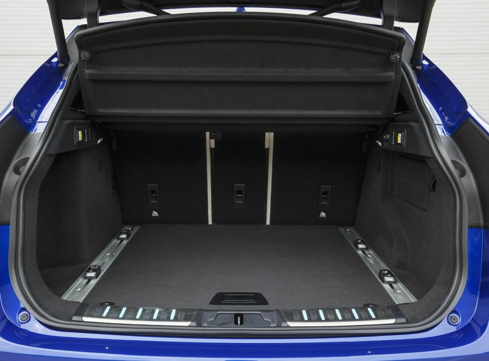 GOD PLASS: 650 liter med ryggene oppreist, 1.740 liter etter at de er lagt ned.  Foto: Jaguar