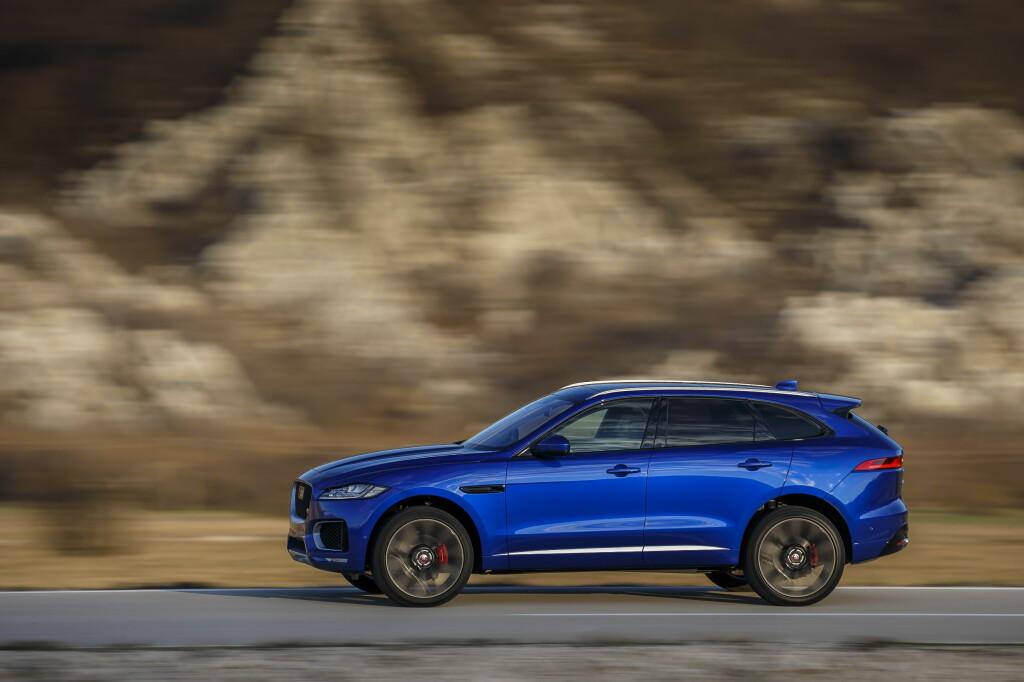 <b>SPORT-SUV:</b> Jaguar ønsker at bilen skal se ut som den er i bevegelse, selv når den står stille.  Foto: Jaguar