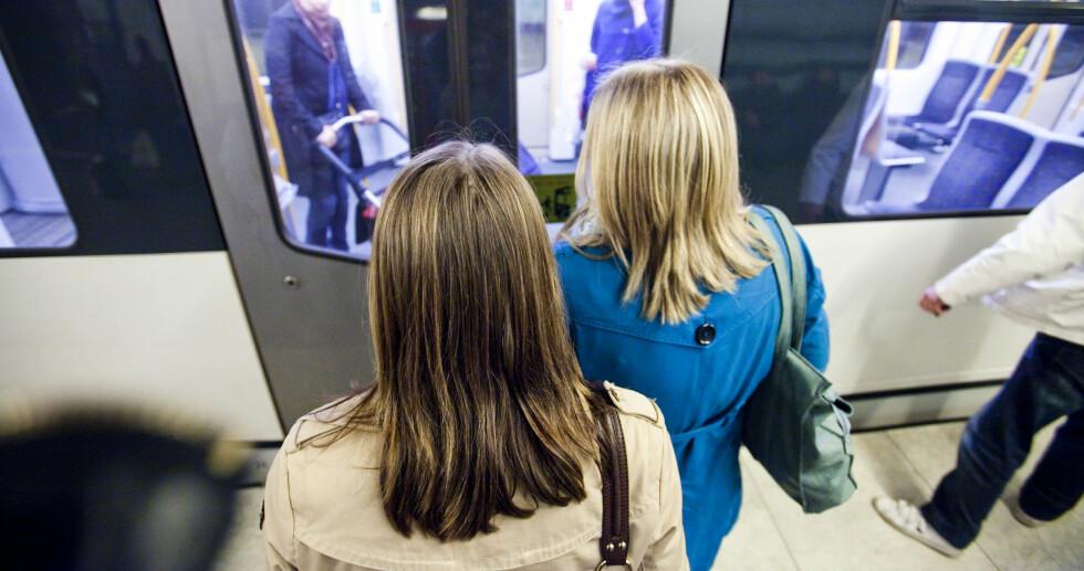 DU MÅ VÆRE TÅLMODIG: Dørene åpnes ikke fortere om du trykker mange ganger. Det er togføreren som frigjør dørene slik at de kan åpnes når det er klart, det er ikke du som åpner dørene med knappen! Foto: PER ERVLAND