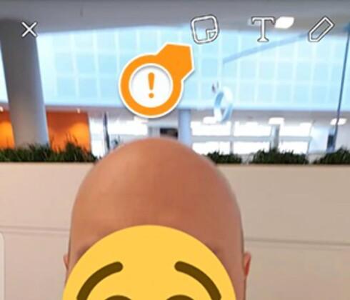 TRYKK HER: Ved å trykke på klistremerkeikonet får du ønsket emoji på skjermen. Så gjelder det å holde fingeren nede for å pause videoen og plassere den på riktig plass. Foto: PÅL JOAKIM OLSEN