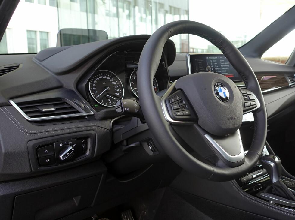 PREMIUM: Du kan dytte inn alt utsyr i Active Tourer. Testbilen har både headup-display, full infotainment, eksklusivt treinteriør og skinnseter. Foto: RUNE M. NESHEIM