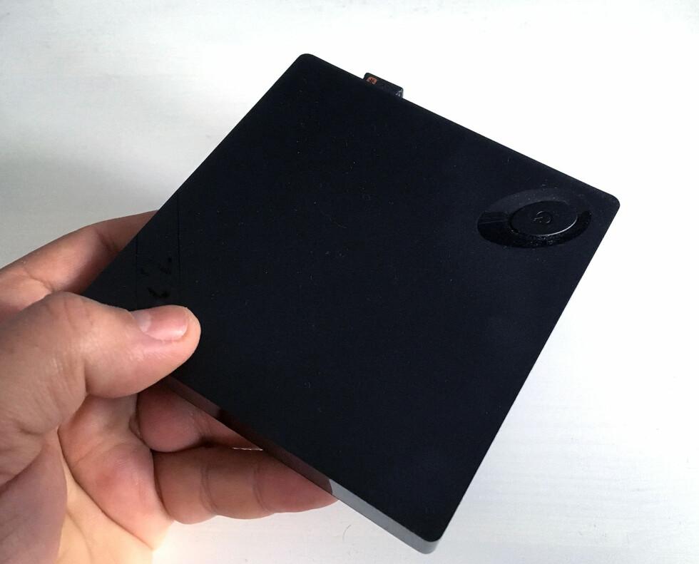 <strong><b>LETT</B>:</strong> Takket være at Beebox har ekstern strømforsyng, veier den svært lite. Her er heller ingen bevegelige deler. Foto: BJØRN EIRIK LOFTÅS