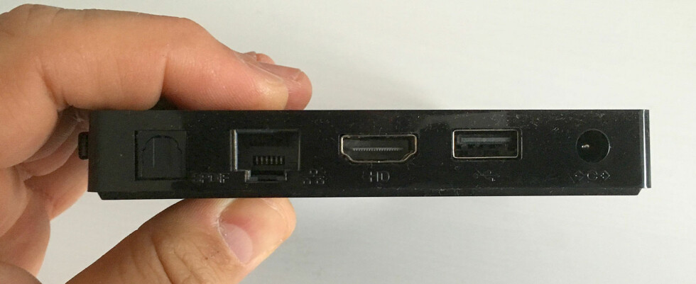 <B>GODT MED TILKOBLINGER</B>: Ikke verst med både optisk utgang, nettverkskontakt, to USB-porter og HDMI-utgang, på en så liten spiller! Foto: BJØRN EIRIK LOFTÅS