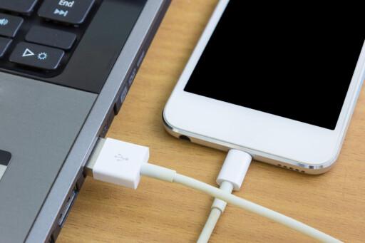 TREGERE: USB-porten på en bærbar PC leverer ofte bare 500mA, og derfor tar det lenger tid å lade enn om du bruker veggladeren. Foto: Suphaksorn Thongwongboot / Shutterstock / NTB scanpix
