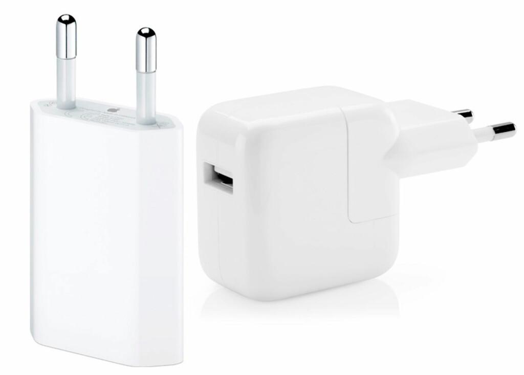 KRAFTIGERE: iPad-laderen (til høyre) yter 12W og er derfor mer enn dobbelt så kraftig som iPhone-laderen (5W), men kan fint også brukes med iPhone. Foto: APPLE