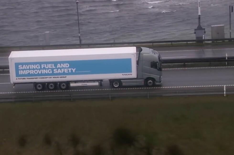 SELVKJØRENDE:  Både lastebiler fra Scania og Volvo var i kvartetten som kjørte de 320 kilomterene nesten uten påvirkning fra sjåføren.  Foto: SKJERMDUMP YOUTUBE / Vejdirektoratet