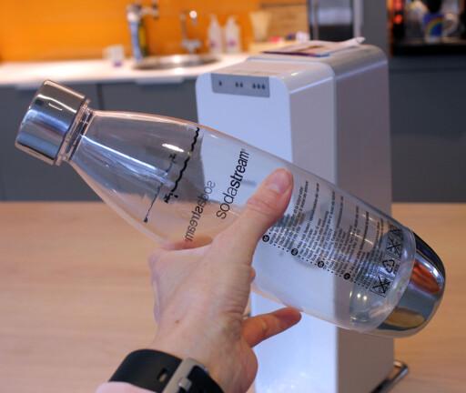 KORTERE LEVETID PÅ GRUNN AV KULLSYRE: Trykket i SodaStream-flaskene gjør at levetiden er kortere. Foto: KRISTIN SØRDAL
