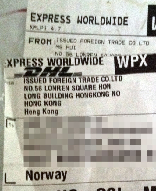 FRA HONGKONG: Familien begynte å ane ugler i mosen da de så hvor Parajumpers-jakka ble sendt fra. Foto: PRIVAT