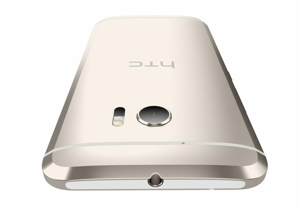 AVRUNDET: Tykkelsen varierer fra 3-9 millimeter på HTC 10, som med andre ord har en avrundet bakside. Kameraet er beskyttet av safirglass, som du vanskelig kan lage riper i. Foto: HTC