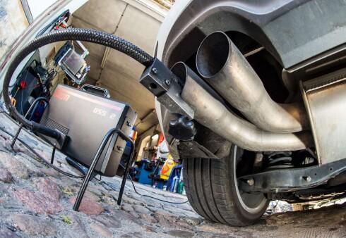 MÅLER UTSLIPP: Det tyske «kjøretøydirektoratet» , KBA, skal ha rapporten klar som viser hvordan utslippene fra dieselmotorer er i virkeligheten. Foto: AFP / SCANPIX