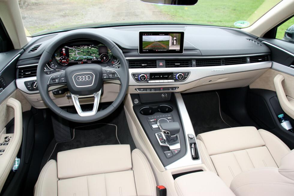 STRÅLENDE COCKPIT: Det oversiktlige Audi-interiøret oser ikke luksus som Mercedes, men ergonomi, kvalitetsfølelse og plassfølelse er svært bra. Kronen på verket: Virtual Cockpit, det heldigitale displayet. Foto: KNUT MOBERG