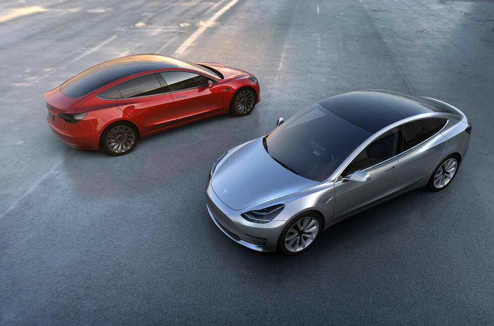 TESLA MODEL 3: Ble lansert 1. april 2016. De neste dagene skulle vise seg å bli en dans på roser for Elon Musk og Tesla. Over 275.000 forhåndsbestilte biler de neste 48 timene.  Foto: TESLA