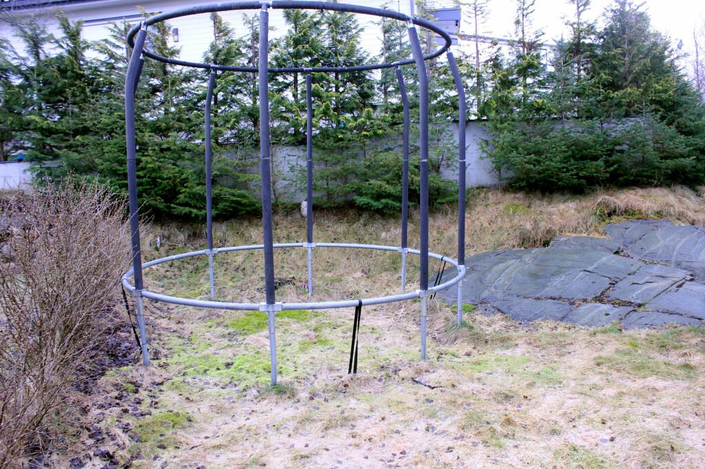 RAMMA KAN STÅ: Ramma til trampolina tåler godt å stå ute, men duken og fjærene kan bli utsatt for ekstra slitasje dersom de må holde på tung snø og is gjenom vinteren. Foto: KRISTIN SØRDAL