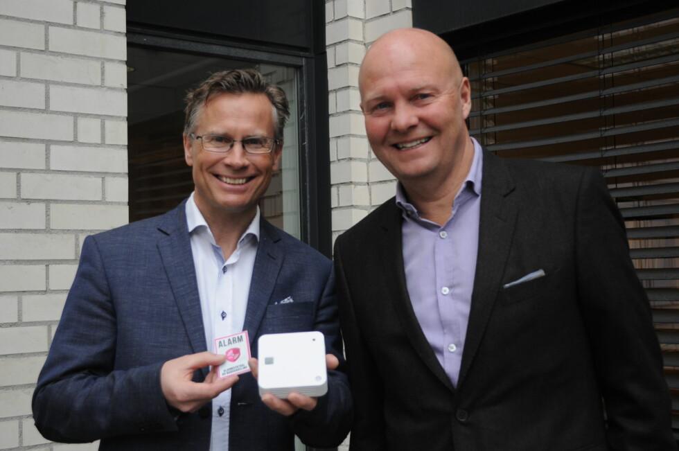 <strong><B>SIKKERHET I BOKS:</strong></B> Espen Schrøder og Stein Bakker i SFTY viser fram smart-røykvarsleren som de håper skal gjøre livet sikrere i tusenvis av norske boliger. Foto: TORE NESET