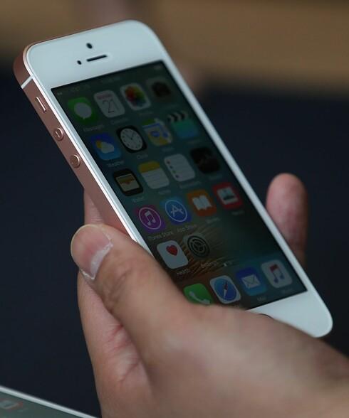 <strong><b>ÉN-HÅNDS-MOBIL:</strong></b> Ifølge Apple var det så mange som etterlyste en mindre mobil, derfor lanserte de iPhone SE med 4-tommers skjerm. Foto: JUSTIN SULLIVAN / GETTY IMAGES / AFP / SCANPIX