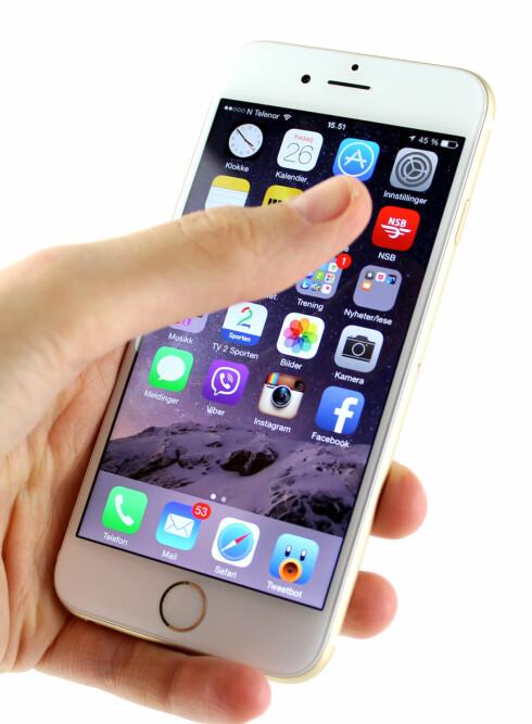 <strong><b>4,7 TOMMER:</strong></b> iPhone 6 er litt større enn iPhone SE, så noen kan få problemer med å strekke tommelen til toppen av skjermen, som på bildet.  Foto: KIRSTI ØSTVANG