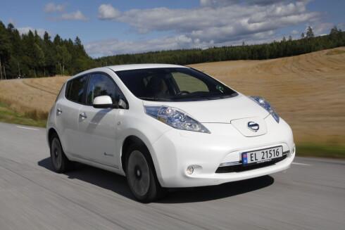BESTSELGER IGJEN: Nå som den har lengst rekkevidde blant de normalt prisede elbilene, er Nissan Leaf igjen mest solgt - foran Volkswagens e-Golf. Foto: ESPEN STENSRUD